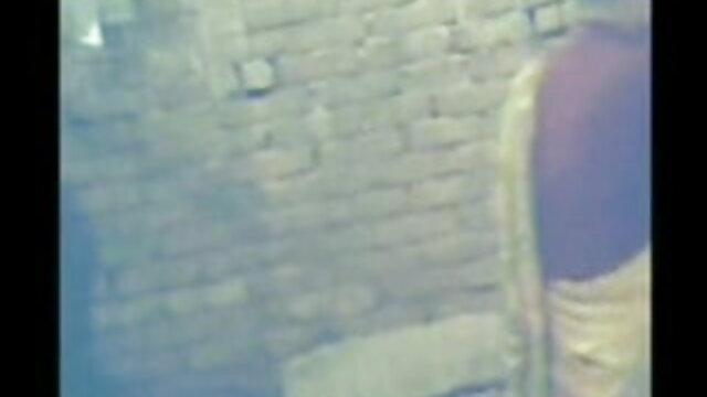 સોનેરી સ્પ્રેડ તેના પગ સામે દરેક અન્ય, સનીલીયોન ના સેકસી બીપી વીડીયો